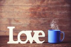Tasse et amour de mot Images stock