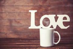 Tasse et amour de mot Photographie stock