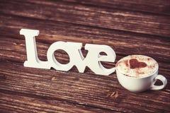 Tasse et amour de mot Photographie stock libre de droits