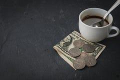 Tasse et argent de café Photographie stock libre de droits