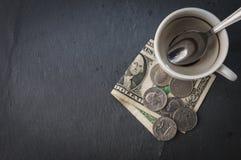 Tasse et argent liquide de café Images libres de droits