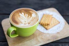 Tasse et biscuit de café de plat en bois photo libre de droits