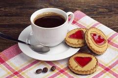 Tasse et biscuits de café avec la confiture Photo stock