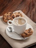 Tasse et biscuits de café sur la table Photo stock