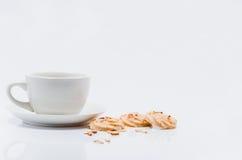 Tasse et biscuits de café vides sur le fond blanc image stock