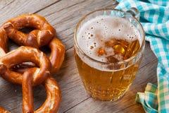 Tasse et bretzel de bière Photographie stock libre de droits