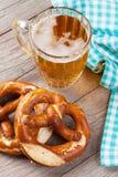 Tasse et bretzel de bière Image libre de droits