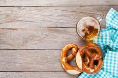 Tasse et bretzel de bière sur la table en bois Photos libres de droits