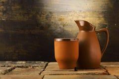 Tasse et broc de poterie de terre Photos libres de droits
