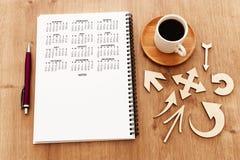 tasse et calendrier de café au-dessus de table en bois photos libres de droits