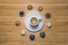 Tasse et capsules de café Images stock