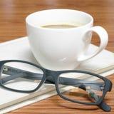 Tasse et carnet de café avec des verres Photographie stock