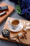 Tasse et chronographe de café images stock