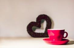 Tasse et coeur rouges des grains de café Le jour de Valentine Soyez mon Valentine Photographie stock libre de droits