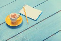 Tasse et crayon Photo stock