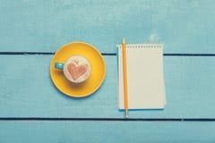 Tasse et crayon avec le carnet Image libre de droits