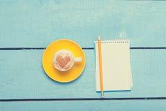 Tasse et crayon avec le carnet Photo libre de droits