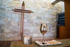 Tasse et croix de communion Photo libre de droits