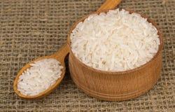 Tasse et cuillère en bois avec du riz Image stock