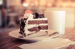 Tasse et gâteau de café dans le café Image libre de droits