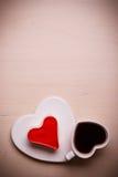 Tasse et gâteau de café en forme de coeur sur la surface en bois Photographie stock libre de droits