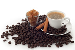 Tasse et haricots de café avec du sucre de caramel Images stock