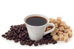 Tasse et haricots de café avec du sucre de cube Images stock