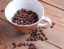 tasse et haricots sur une table en bois Image libre de droits