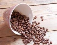 tasse et haricots sur une table en bois Photographie stock libre de droits
