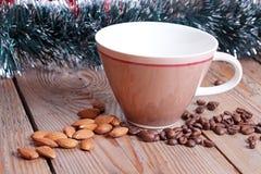 tasse et haricots sur une table en bois Photo stock