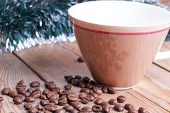 tasse et haricots sur une table en bois Image stock