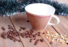tasse et haricots sur une table en bois Photos libres de droits