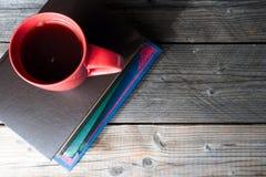 Tasse et livres de café sur la vue supérieure de bureau en bois Images libres de droits