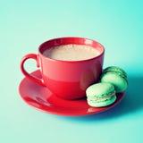 Tasse et macarons de thé rouges de vintage Images libres de droits