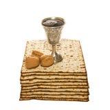 Tasse et noix argentées de Kiddush de pain azyme pour la pâque Photographie stock