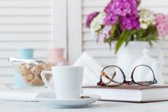 Tasse et plat de café chics minables de style image libre de droits