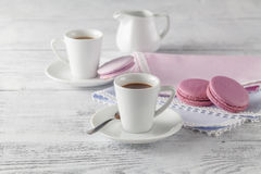 Tasse et plat de café chics minables de style avec le biscuit de macaron images stock