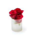 Tasse et roses rouges dans des pétales d'isolement sur le blanc Photo libre de droits