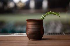 Tasse et soucoupe d'argile de tasse et soucoupe d'argile sur un fond en bois image stock