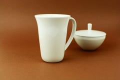 Tasse et sucrier de thé sur le fond brun Photographie stock libre de droits