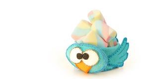 Tasse faite main avec la forme bleue mousseuse d'oiseau avec la sucrerie à l'intérieur Image libre de droits