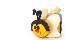 Tasse faite main avec la forme mousseuse d'abeille avec la sucrerie à l'intérieur Image libre de droits