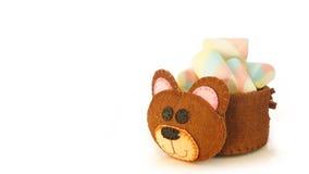 Tasse faite main avec la forme mousseuse d'ours avec la sucrerie à l'intérieur Image libre de droits