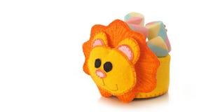 Tasse faite main avec la forme mousseuse de lion avec la sucrerie à l'intérieur Image libre de droits