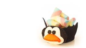Tasse faite main avec la forme mousseuse de pingouin avec la sucrerie à l'intérieur Images stock
