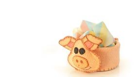 Tasse faite main avec la forme mousseuse de porc avec la sucrerie à l'intérieur Image libre de droits