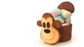 Tasse faite main avec la forme mousseuse de singe avec la sucrerie à l'intérieur Images libres de droits