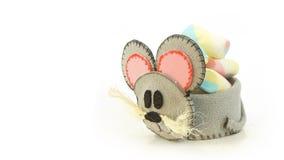 Tasse faite main avec la forme mousseuse de souris avec la sucrerie à l'intérieur Photo stock