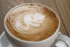 Tasse fraîche de cappuccino avec la fin d'art vers le haut de la photo Photo libre de droits
