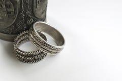 Tasse gravée en métal avec des anneaux de mariage Photos libres de droits
